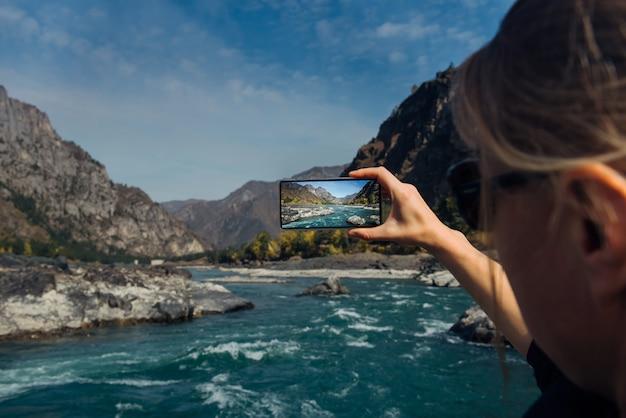 Vrouw nemen foto op smartphone tijdens het reizen