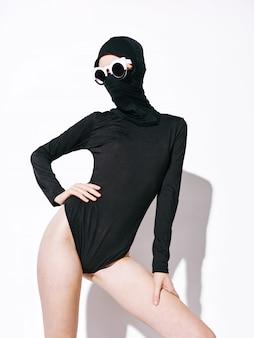 Vrouw niet-standaard mode lichaam lijnen, ongebruikelijke bril