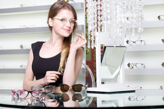 Vrouw nieuwe bril kopen