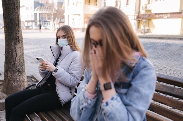 Vrouw niezen op een bankje