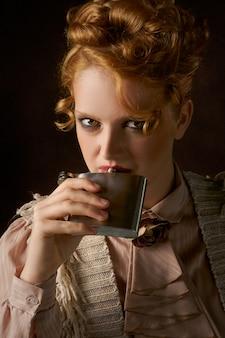 Vrouw nippen drankje kolf