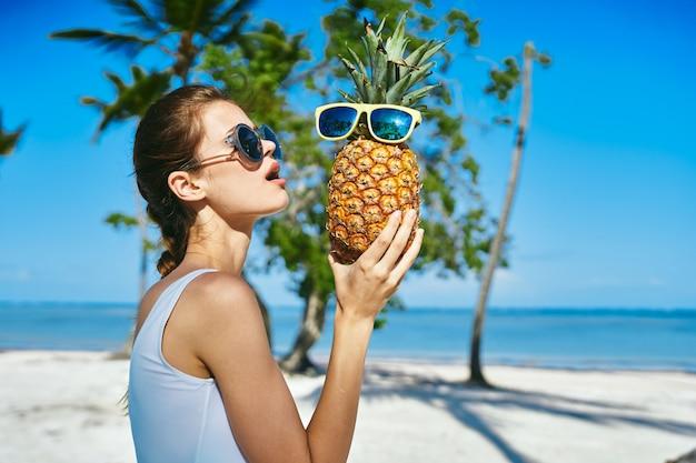 Vrouw oceaan palm reis, mooie model poseren op vakantie door de oceaan en palmbomen, zwempak en glazen
