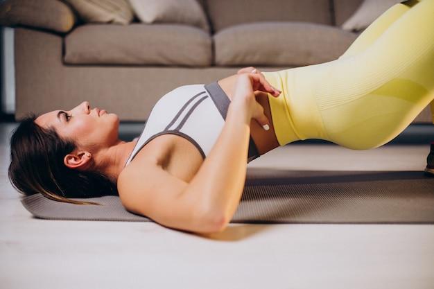 Vrouw oefenen met elastiekje thuis