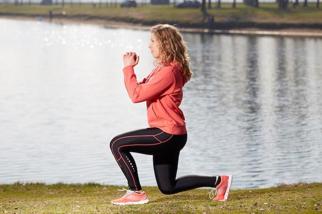 Vrouw oefeningen in buiten