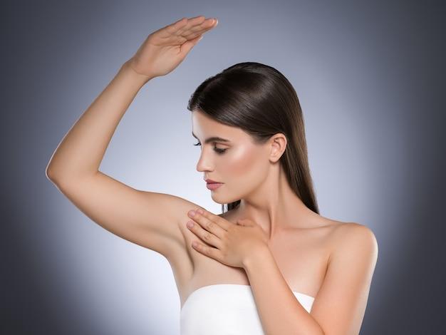 Vrouw oksel ontharing concept schone huid Premium Foto