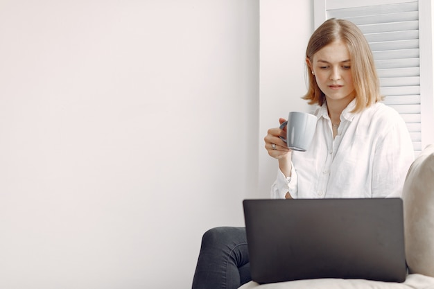 Vrouw om thuis te zitten en met behulp van een laptop