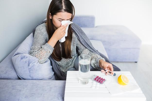 Vrouw onder deken met medicatie