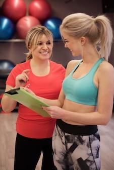 Vrouw onder het oog van personal trainer