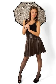 Vrouw onder zwarte paraplu