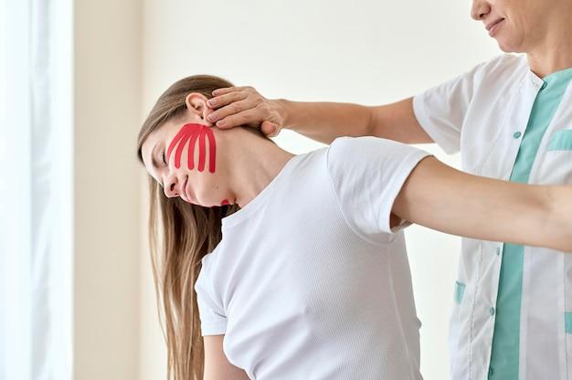 Vrouw ondergaat therapie met fysioloog