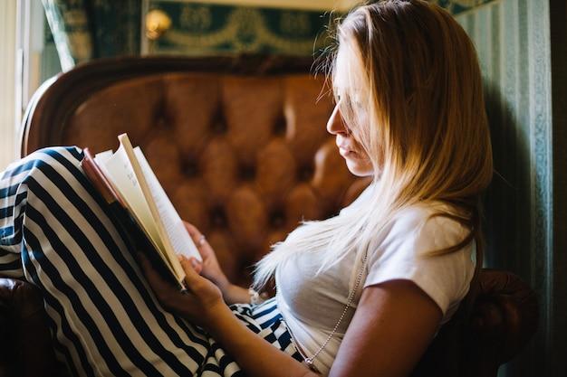 Vrouw ondergedompeld in leesboek