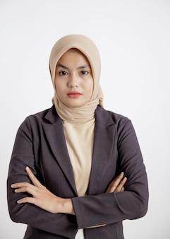 Vrouw ondernemer het dragen van hijab klaar om te werken met gekruiste armen, kantoor werk concept geïsoleerde witte achtergrond