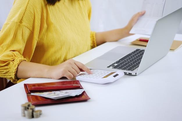 Vrouw ondernemer kosten berekenen economisch budgetbesparing en investeringsconcept.