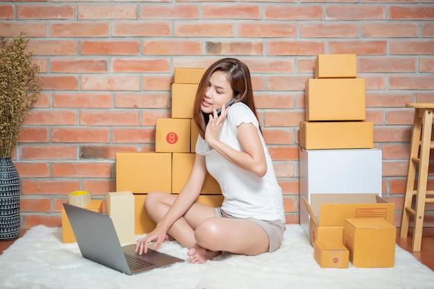 Vrouw ondernemer ondernemer mkb bedrijf is het controleren van de bestelling