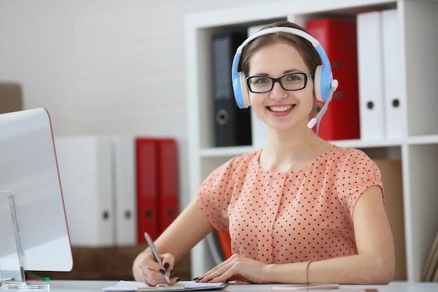 Vrouw ondersteuning professional op de werkplek