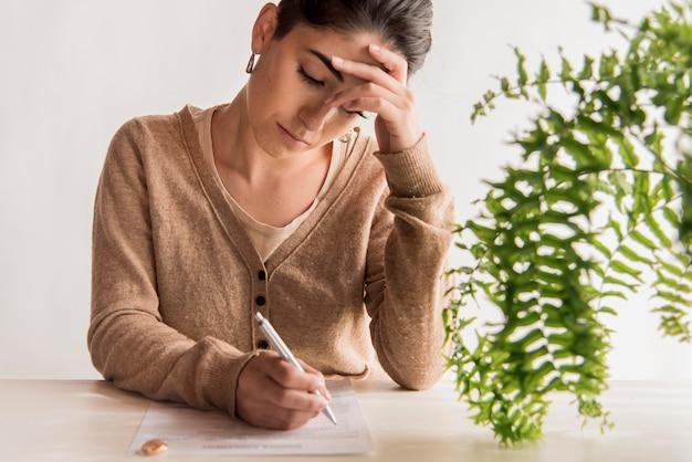 Vrouw ondertekening echtscheidingsovereenkomst