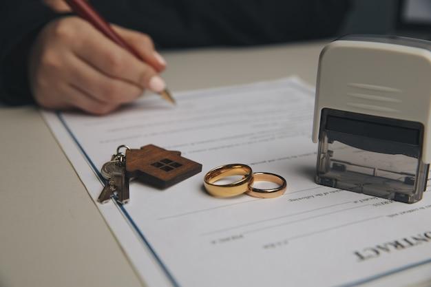 Vrouw ondertekening huwelijkscontract, close-up.