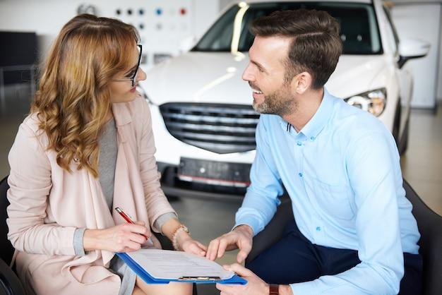 Vrouw ondertekent contract met haar partner