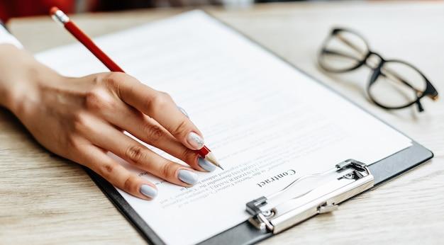 Vrouw ondertekent documenten