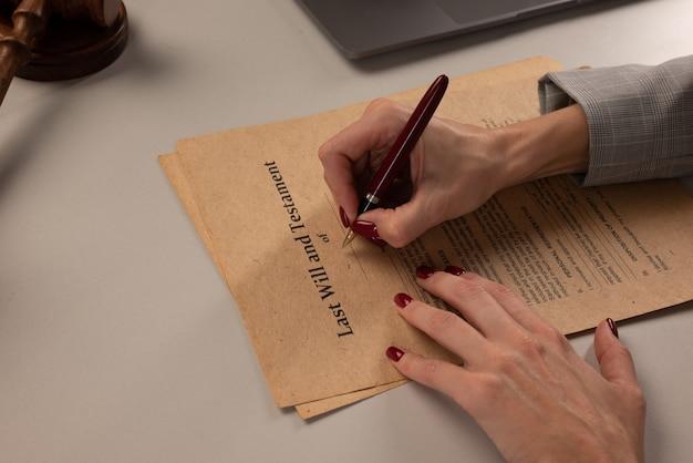 Vrouw ondertekent papieren op kantoor