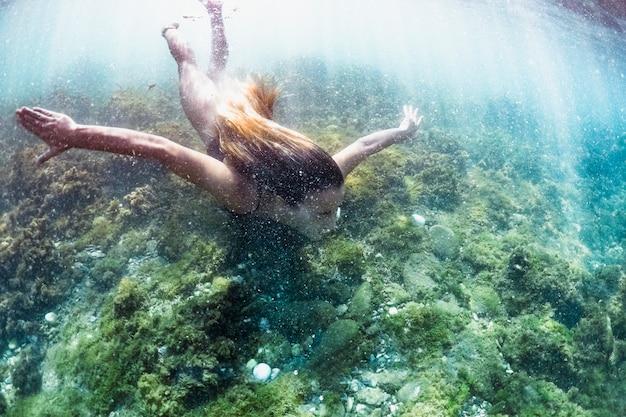 Vrouw onderwater zwemmen