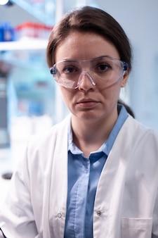 Vrouw onderzoeker in wetenschappelijk laboratorium op zoek