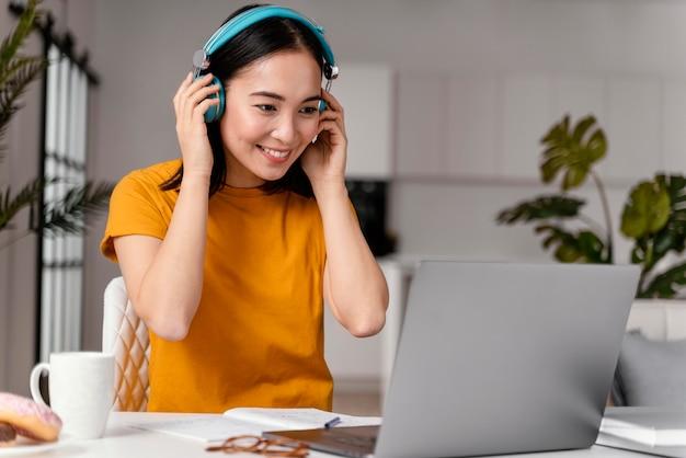 Vrouw online les bijwonen