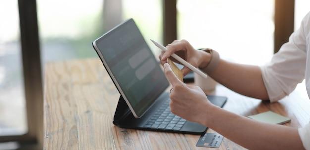 Vrouw online winkelen en internetbankieren op laptopcomputer via creditcard internetbetaling, online bankieren, e-commerce, e-business, omnichannel of multichannel-concept