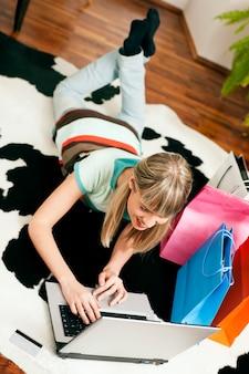 Vrouw online winkelen via internet vanuit huis
