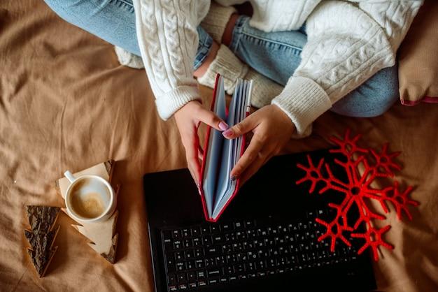 Vrouw ontbijten met kopje koffie latte in bed. gezelligheid weekend.
