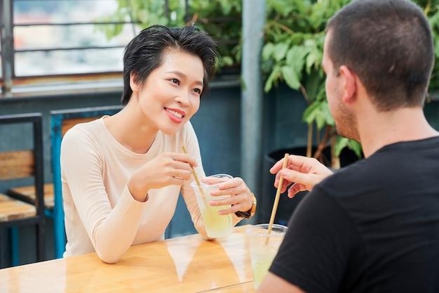 Vrouw ontmoeting met vriend in café