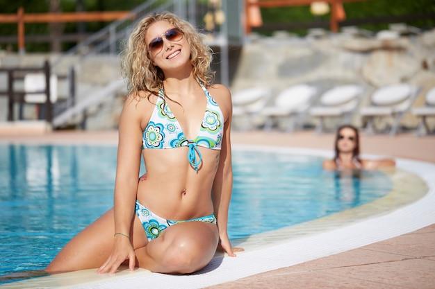 Vrouw ontspannen bij het zwembad