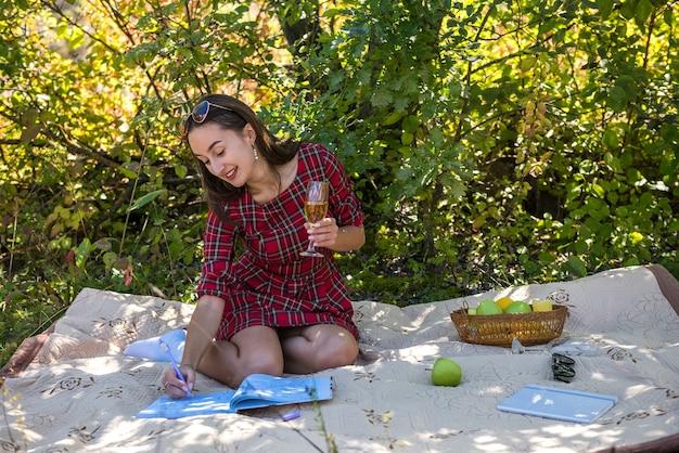 Vrouw ontspannen buiten met een laagje wijn, zomertijd
