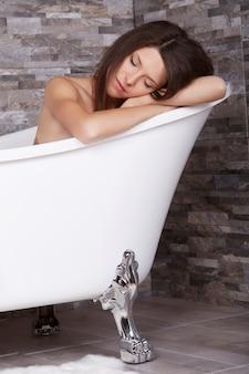 Vrouw ontspannen in bad buis