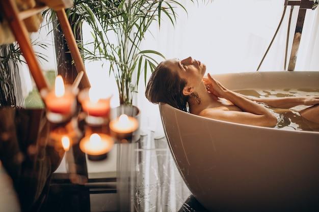 Vrouw ontspannen in bad met bubbels