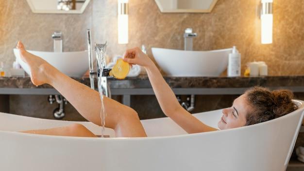 Vrouw ontspannen in badkuip tijdens het baden