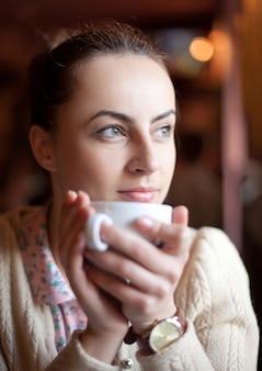 Vrouw ontspannen in café