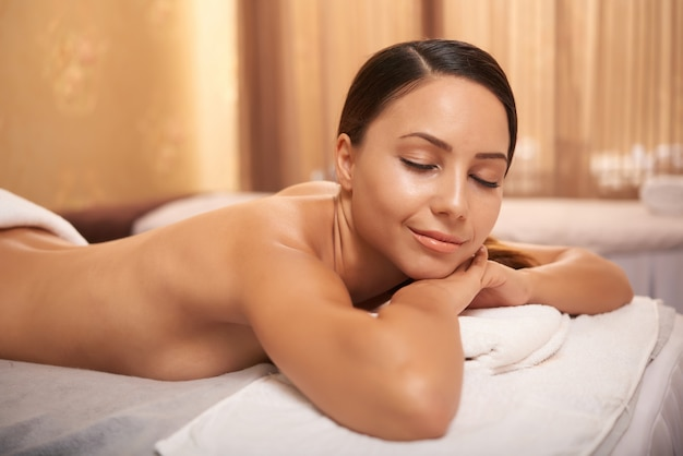 Vrouw ontspannen in de spa salon