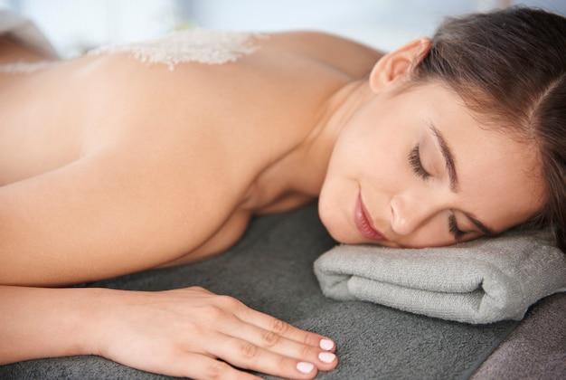 Vrouw ontspannen in de spa