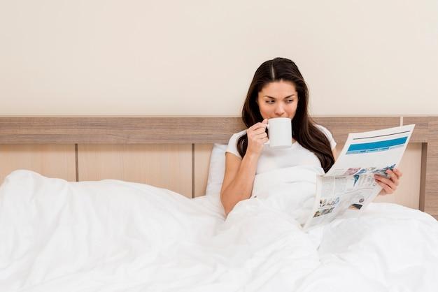 Vrouw ontspannen in een hotelkamer