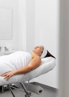 Vrouw ontspannen in een schoonheidssalon