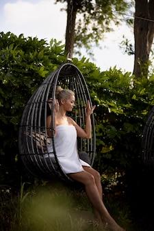 Vrouw ontspannen in een spahotel buiten