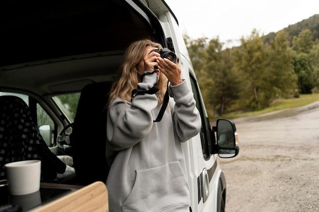 Vrouw ontspannen in haar camper bij daglicht