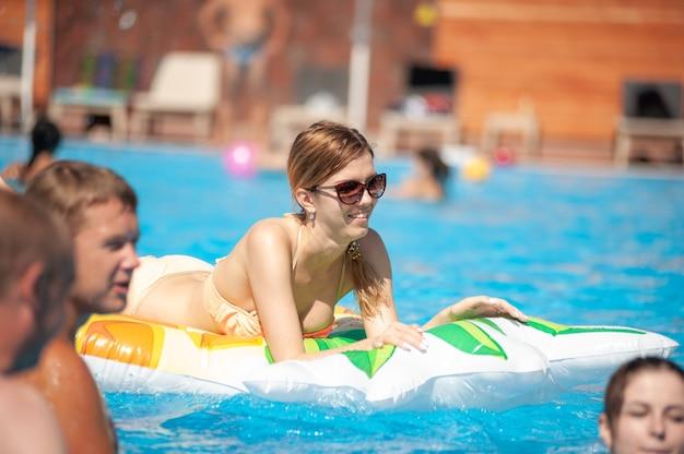 Vrouw ontspannen in het zwembad in de zomer