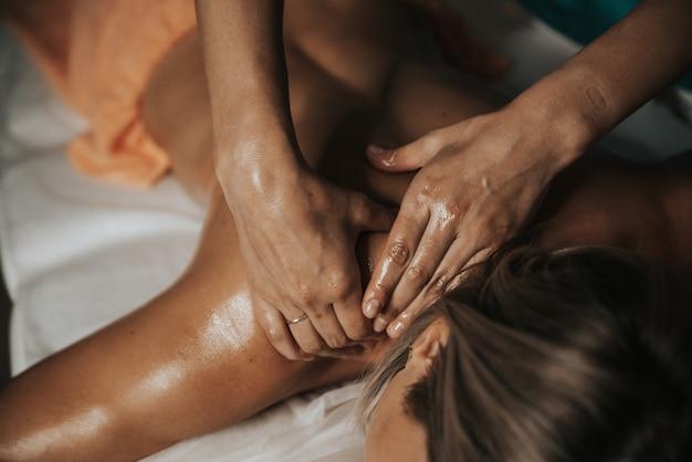 Vrouw ontspannen in spa salon