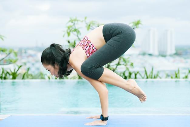 Vrouw ontspannen in yoga pose