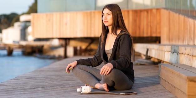 Vrouw ontspannen naast de zee
