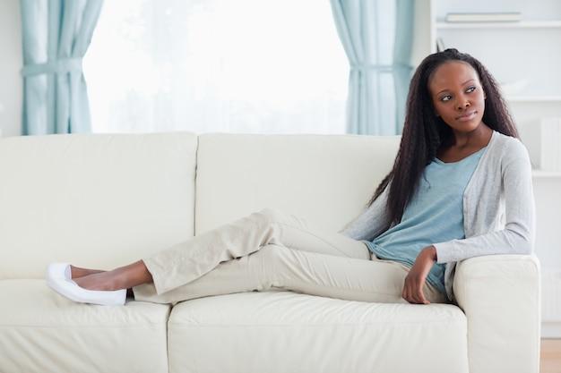 Vrouw ontspannen op de sofa