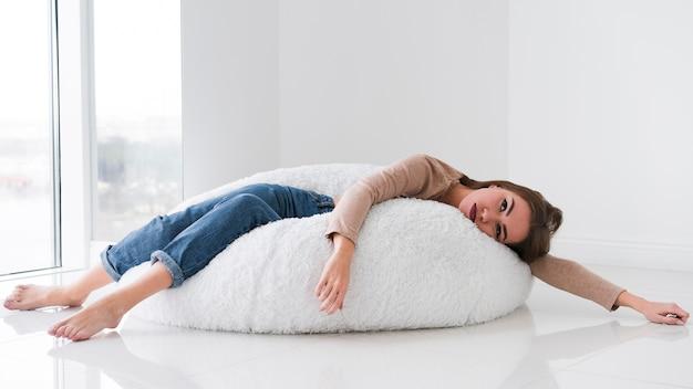 Vrouw ontspannen op een zitzak en wordt verveeld