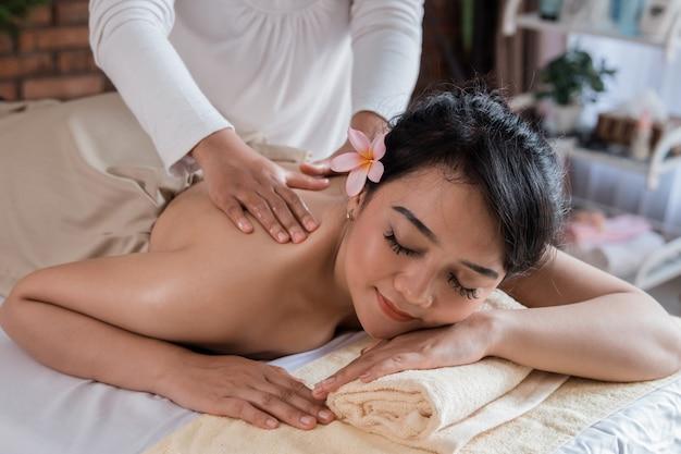 Vrouw ontspannen op massagebed
